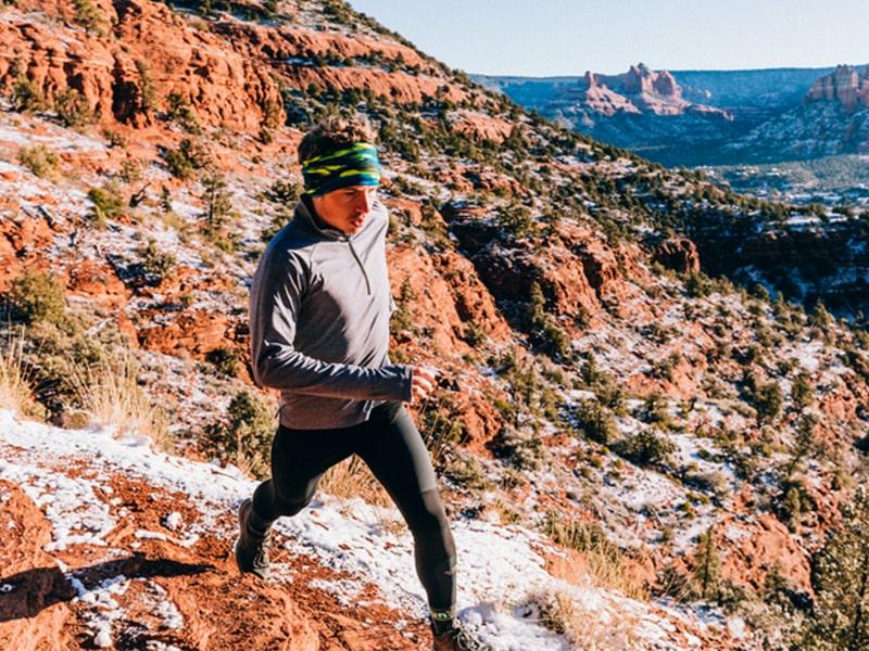 Chusty wielofunkcyjne w góry - buffy i bandany: Jak wiązać i nosić praktyczne gadżety turysty