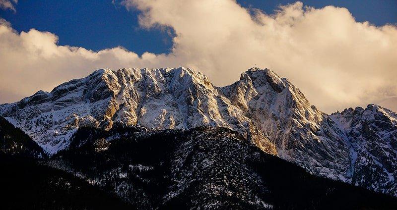 Planujesz wyprawę na Giewont? Dowiedz się więcej o tym najsłynniejszym szczycie w Tatrach Zachodnich!
