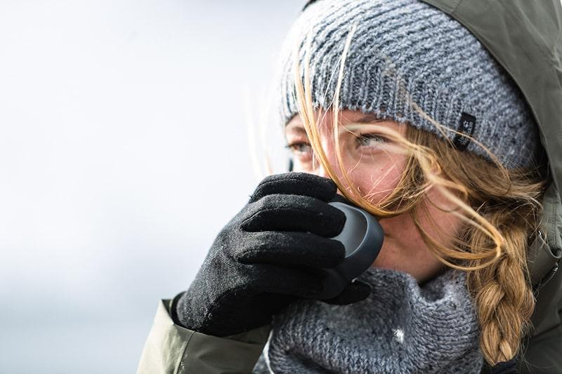 Rękawiczki trekkingowe w góry a rękawice narciarskie. Jakie rękawice wybrać do konkretnej aktywności: softshellowe, puchowe czy polarowe?