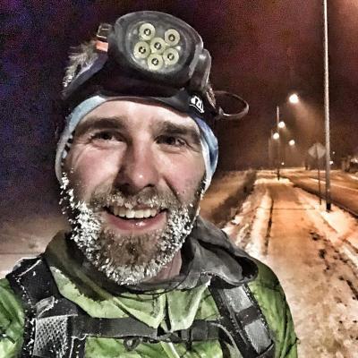 Bieganie zimą – jak się przygotować oraz w co się ubrać? Czy zimowe biegi w niskich temperaturach są bezpieczne?