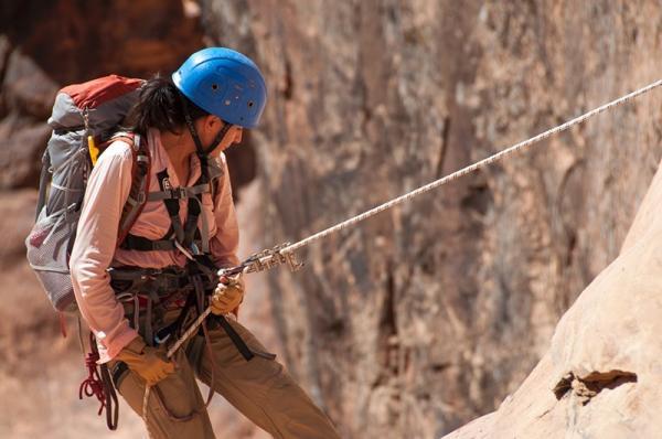 Sprzęt do wspinaczki skałkowej – niezbędnik początkującego wspinacza