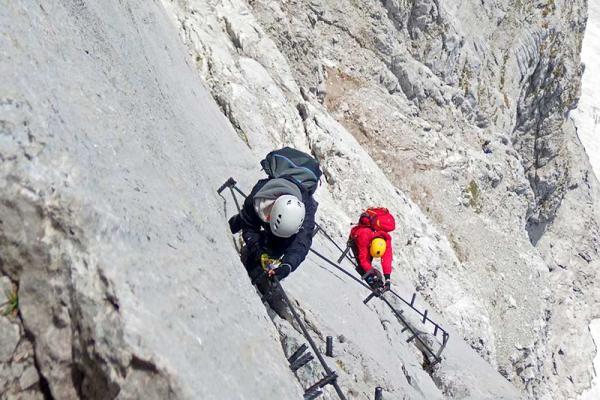 Via ferrata: poszukując nowych wrażeń górskiej wspinaczki. Zobacz jak wygląda spacer żelazną drogą!