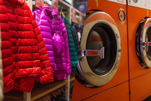 Jak wyprać kurtkę puchową? Test pielęgnacji puchu przy użyciu specjalistycznych preparatów i zwykłego proszku do prania