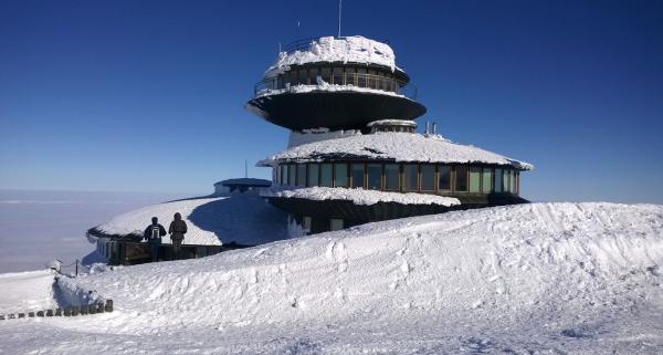 Zima w Karkonoszach – co zwiedzić i jak się przygotować? Polecane zimowe szlaki w Karkonoszach.