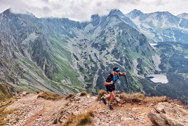 Kije do biegania po górach - sprawdzone modele na wymagającą górską wędrówkę