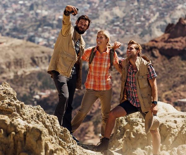 Jaką koszulę turystyczną wybrać na górską wycieczkę? Koszule z długim czy krótkim rękawem?