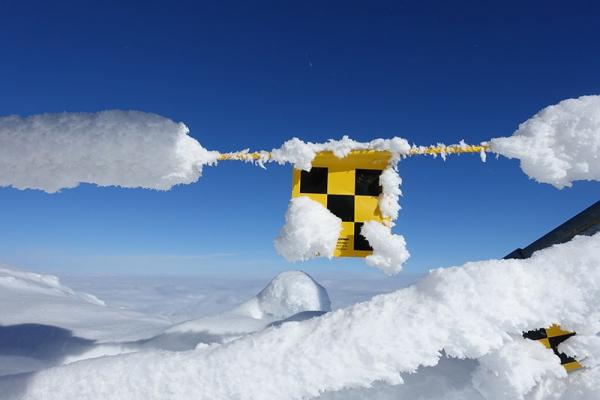 Detektor lawinowy i sonda jak z nich korzystać? Lawinowe ABC: zasady bezpiecznego wyruszania zimą w góry