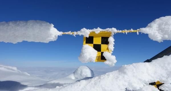 Lawinowe ABC: zasady bezpiecznego wyruszania zimą w góry. Detektor lawinowy i sonda jak z nich korzystać?