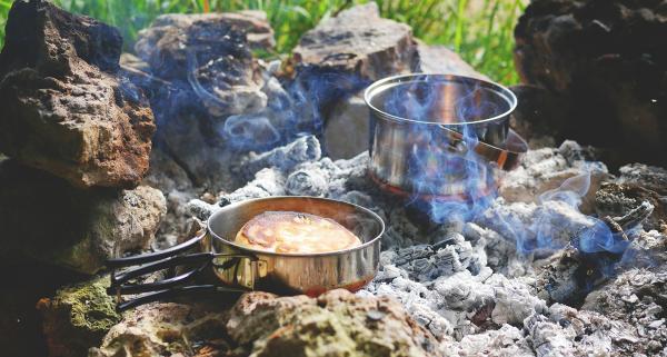 W jakie naczynia turystyczne na biwak i kemping warto się wyposażyć oraz na co zwrócić uwagę?