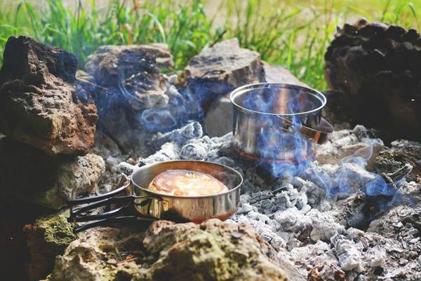 W jakie naczynia turystyczne biwakowe warto się wyposażyć oraz na co zwrócić uwagę?