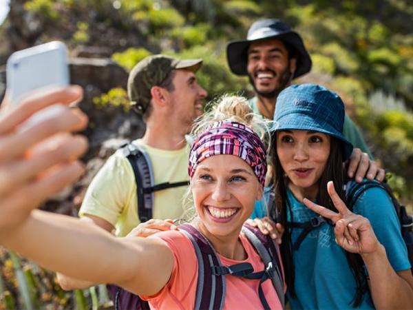 Jakie nakrycie głowy na lato będzie dobrym wyborem na górskie wycieczki? Jak zapewnić sobie komfort w ciepłe dni?