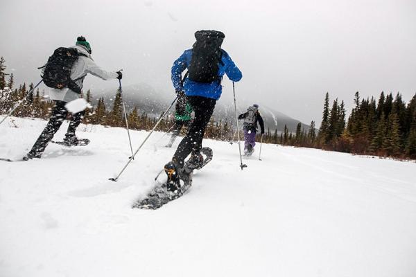 Oto sprzęt umożliwiający wędrówkę po głębokim śniegu: poznaj rakiety śnieżne!