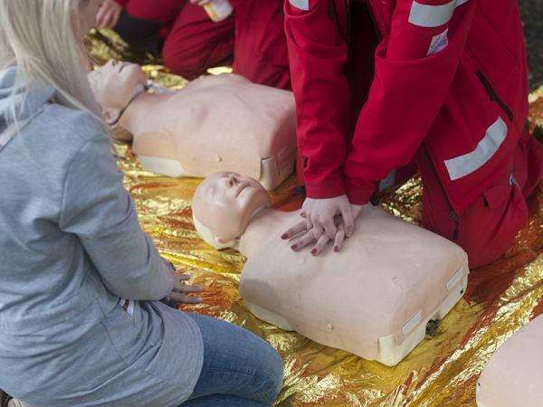 Reanimacja: dowiedz się, jak udzielić pierwszej pomocy poszkodowanemu!