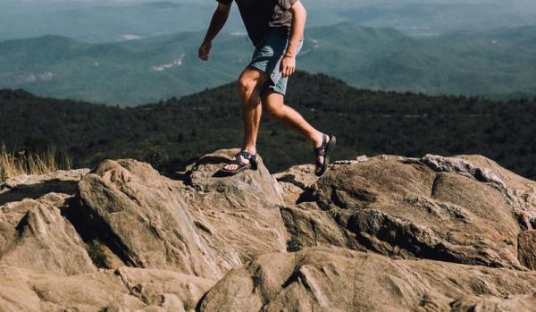 Sandały turystyczne – w sam raz na wędrówki po górach. 5 powodów, dla których ich potrzebujesz