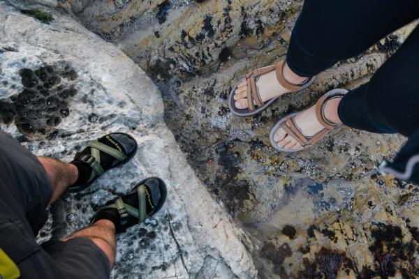 Czy można nosić skarpety do sandałów? Dlaczego wiele osób uważa to za obciach?