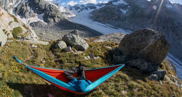 Sen na szlaku i na dziko: namioty, hamaki, tarpy, płachty biwakowe. Bushcraft a bezpieczne nocowanie w terenie