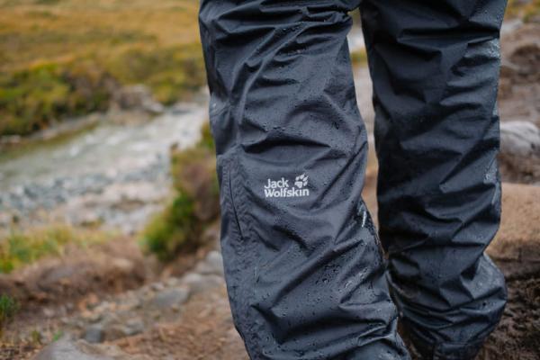 Spodnie przeciwdeszczowe: membrana czy softshell? Jakie spodnie turystyczne na wiosnę wybrać?