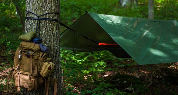 Tarp turystyczny: czym jest i dlaczego warto zamienić namiot na tarp?