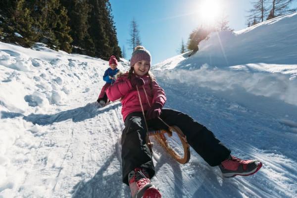 Zimowe ubrania dziecięce – poradnik: Jak prawidłowo ubrać dziecko na sanki, narty czy snowboard?
