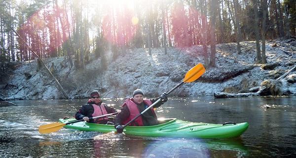 Zima w kajaku - jak przygotować się do spływu w sezonie zimowym