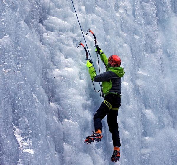 Coś dla miłośników sportów ekstremalnych: wspinaczka lodowa. Na czym polega i co warto o niej wiedzieć?