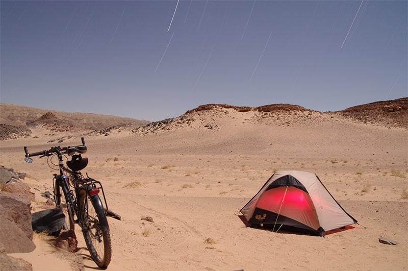z namiotem na szlaku
