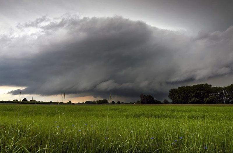 jak rozpoznac zmianę pogody - widoczna główna strefa opadów i chmura stropowa z przebijającym się słońcem