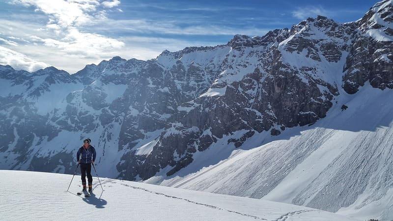 na nartach na górskim szlaku