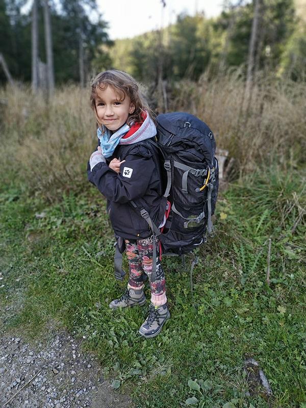 Beskidy – miejsca, które warto odwiedzić w górach mały wędrowiec z dużym plecakiem