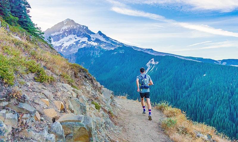 z plecakiem do biegania przez góry