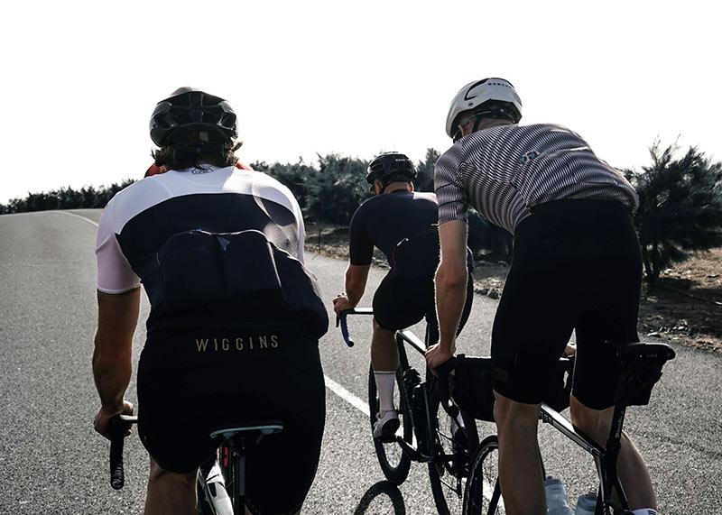 w kamizelkach podczas trenigu na rowerze
