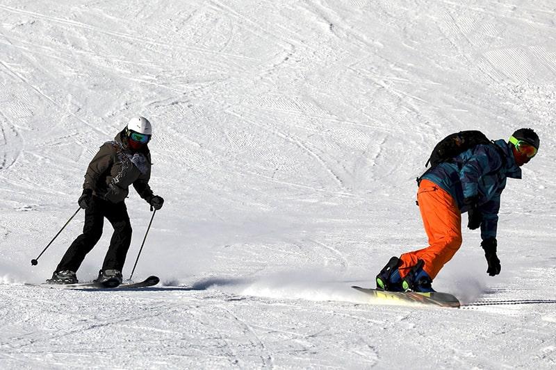 Zjazd na nartach i na desce snowboardowej