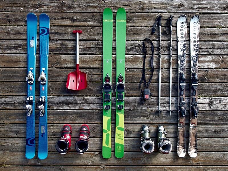 zimowe wyposażenie narciarzy alpejskich