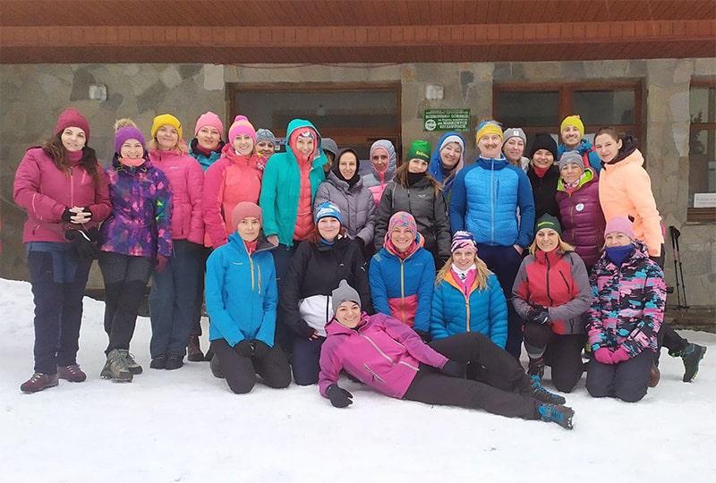 Uczestnicy wyprawy przed schroniskiem PTTK na Markowych Szczawinach