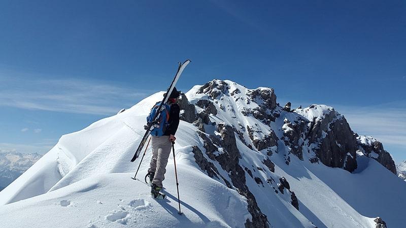 z nartami w górach