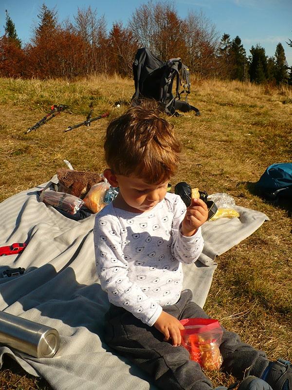 Mój Wojtek zajada ciasteczka na szczycie Ćwilina w Beskidzie Wyspowym (fot. autora)