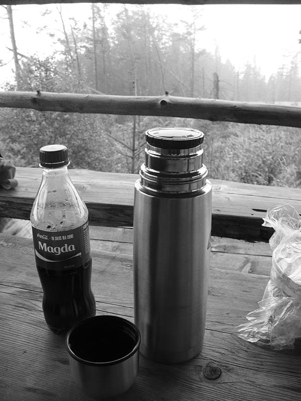 Mała cola, resztka herbaty i dwie ostatnie kanapki pomogły nam przeczekać burzę i 2 godziny ulewy pod wiatą w drodze na Skrzyczne (fot. Autora)