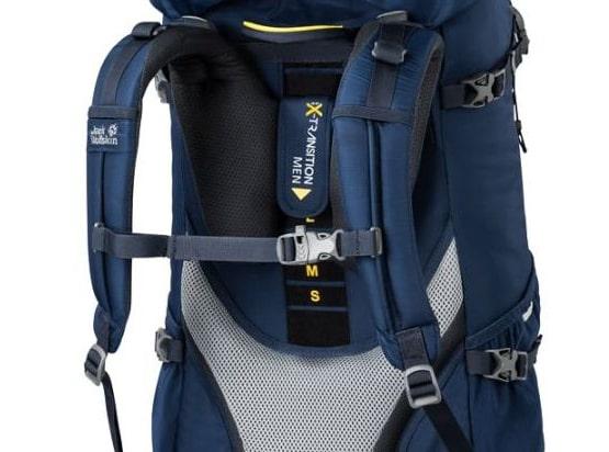 pas piersiowy w plecaku