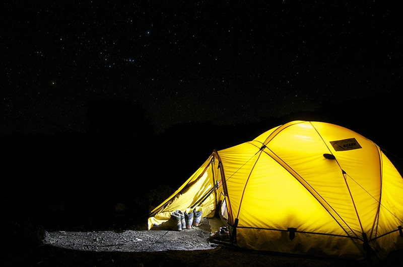 spanie pod namiotem