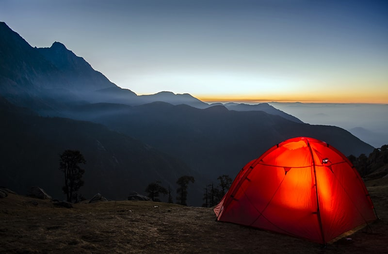 miejsce do spania pod namiotem