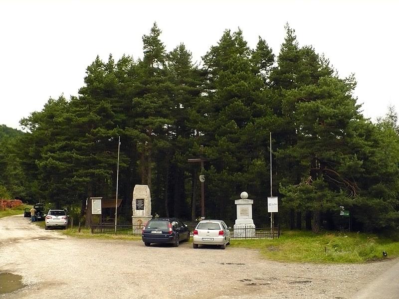 Przełęcz E. Rydza-Śmigłego (pomnik, parking i początek szlaku zielonego na Mogielicę)