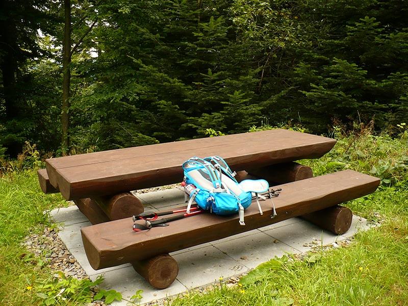 Jedno z miejsc odpoczynkowych na trasie rowerowej wokół Mogielicy