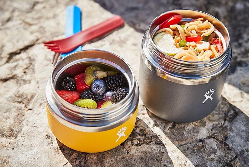 Szeroki wlew ułatwia nakładanie i jedzenie posiłku, a także jego mycie