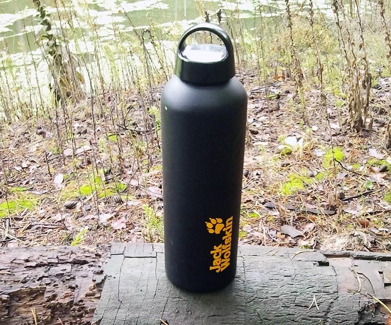 |Klasyczny przykład prostej metalowej butelki na wodę zakręcanej korkiem. Używam jej już kilka lat zazwyczaj na całodniowych wypadach ze względu na dużą litrową pojemność. Świetnie nadaje się także do transportu wody do gotowania na biwaku.