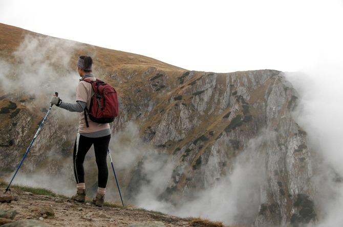 kijki do trekkingu |Kobieta w górach z kijami do nordic walking. Docelowo te kije mają inne zastosowanie, ale dość przyzwoicie sprawdzą się również na takich trasach.
