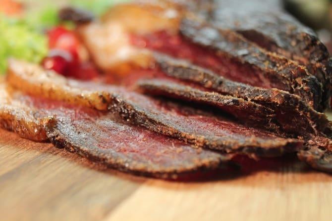  Na zdjęciu suszona wołowina wolno dojrzewająca o widocznej, lekko wilgotnej strukturze.