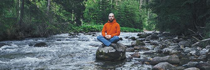 |Adam Balion na zdjęciu promującym podcast.