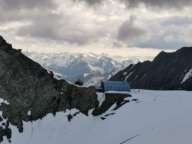 alpy grossglockner  Cylindryczny budynek schroniska schroniska Studhütte, a w tle bezkresna panorama Wysokich Taurów. Fot. Marta Baros.