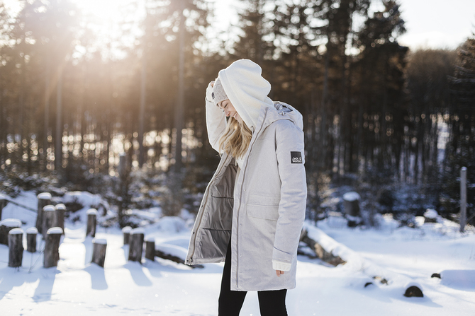 jesień zima 2021 jack wolfskin  Kobieta ma na sobie płaszcz Nature Woods Coat.